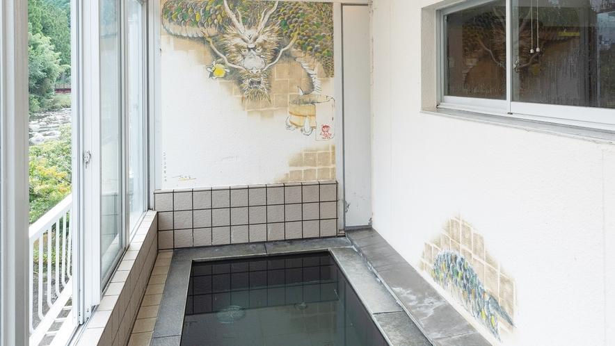 *【男湯】外風呂からは安田川や馬路の山が眺められる。