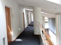 *船室をイメージして作られた館内 デザイン性抜群のオシャレな空間