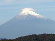 *雲の帽子をかぶったような富士山