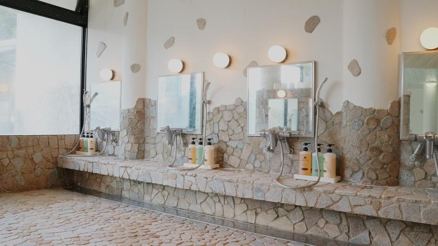 *【温泉】清潔感のある広々とした洗い場です。