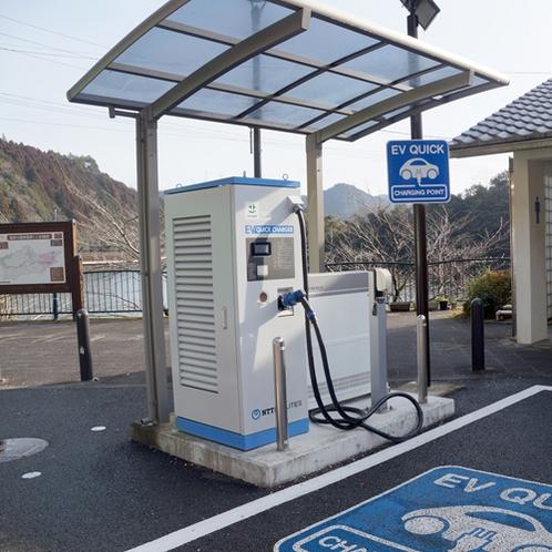 *【電気自動車充電スタンド】駐車場には充電スタンドも完備しております。