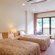 *【お部屋】丁寧にメイキングしたベッドのある洋室。
