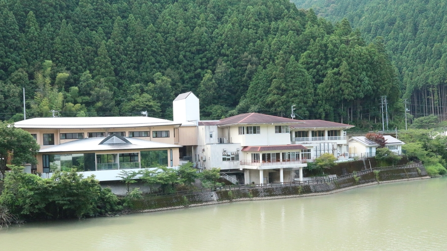 *【外観】那賀川沿いの美しい景観とともに当館がございます。