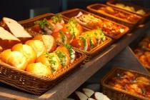 【朝食パン】毎日10種類以上の焼き立てパンをご用意してます♪