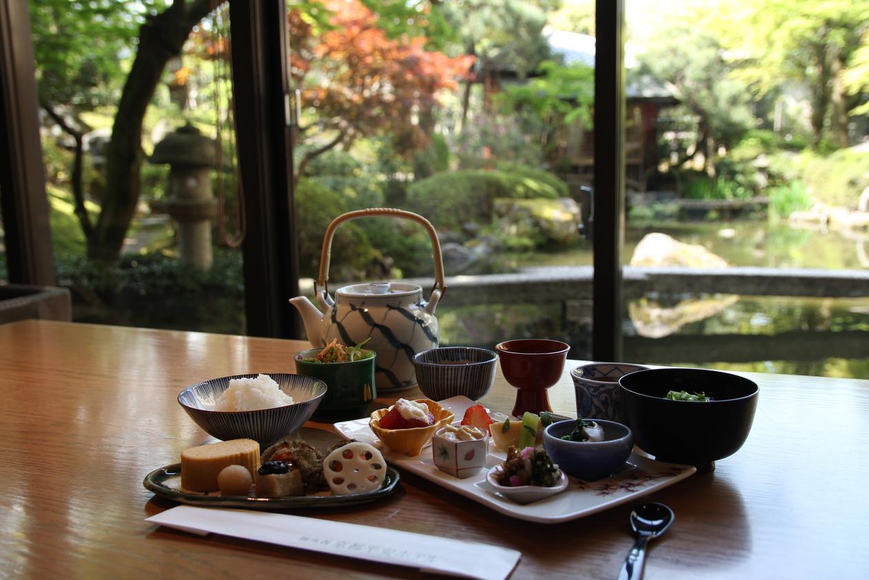和膳朝食 日本庭園を眺めながら