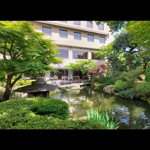 ホテル外観(庭側)