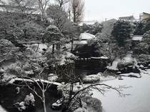 雪景色の館内庭園