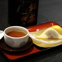 ライトアップされた日本庭園を眺めながら、極上のほうじ茶と生八ッ橋でくつろぎの時間