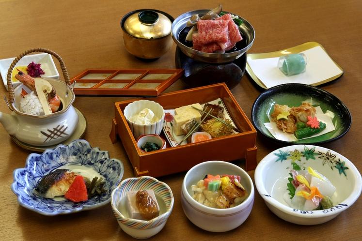 ご夕食は和食の会席料理をご用意(予約制)写真はイメージ・季節により内容が変わります