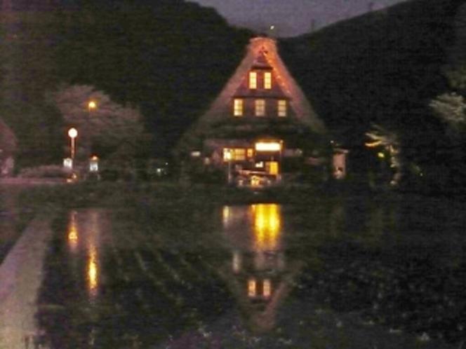 菅沼集落造り集落水田に映る幻想的なライトアップ