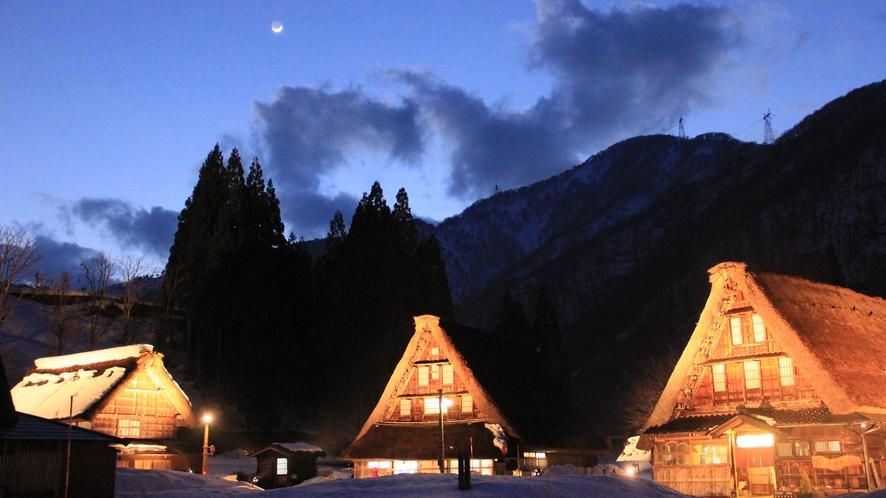 夕暮れ 雪景色の菅沼合掌造り集落