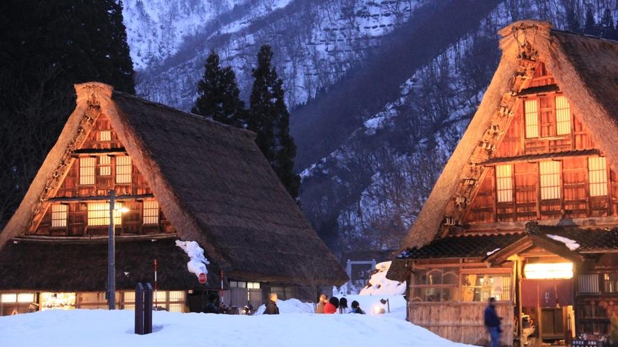 雪景色の菅沼合掌造り集落ライトアップ