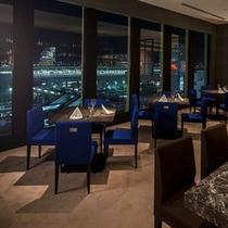 【レストラン&バー ロザージュ(8F)】喧騒を忘れさせてくれる、窓外に広がる星空と煌めく夜景。