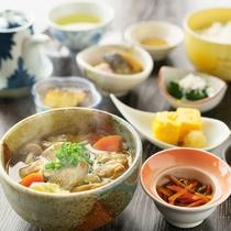 【和定食】炊き立てのご飯は福島県産米「天のつぶ」を使用。「芋煮汁」「いか人参」等、福島名物が並びます