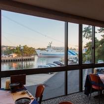 【レストランラウンジ】2階のお食事会場からも船が行き交う風景をお楽しみいただけます♪