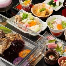 【磯遊び懐石】クリスタルケースの中で食材が観察できますので、磯遊びのような気分を味わえます。