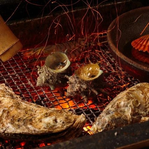 【磯遊び懐石】お客様の目の前で新鮮な魚介類を大きな囲炉裏を使って職人が丁寧に焼き上げます。