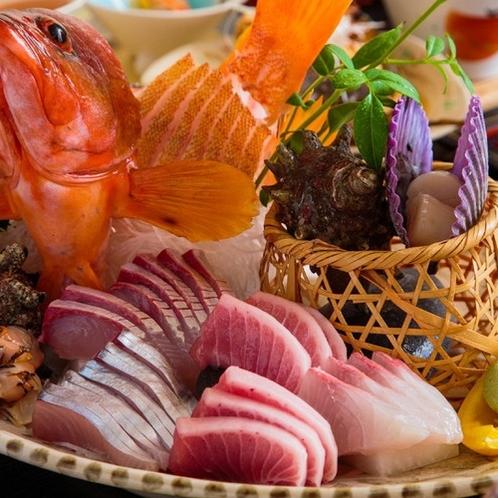 玄界灘の荒波で育った魚介類は、活きが良く身が締まっており食感・旨味共に絶品です。