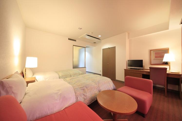 洋室フォースルーム客室一例(窓側のベッド)