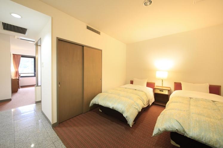 洋室フォースルーム客室一例(入り口側)
