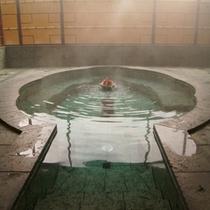 大浴場(貴妃湯)/花びらをモチーフにした湯船の中心から、美人湯が溢れだす。