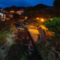 当館真下の水辺の広場 夜の情景