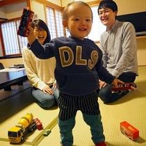 客室で楽しい幼児