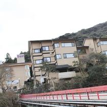 当館の目印 赤い橋
