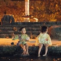 水辺で遊ぶ子供達