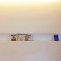 ロビーを囲うように設置されている本棚