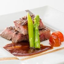 厳選国産牛ロースのステーキ、彩り野菜を添えて