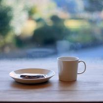 コーヒーとお菓子を窓際で