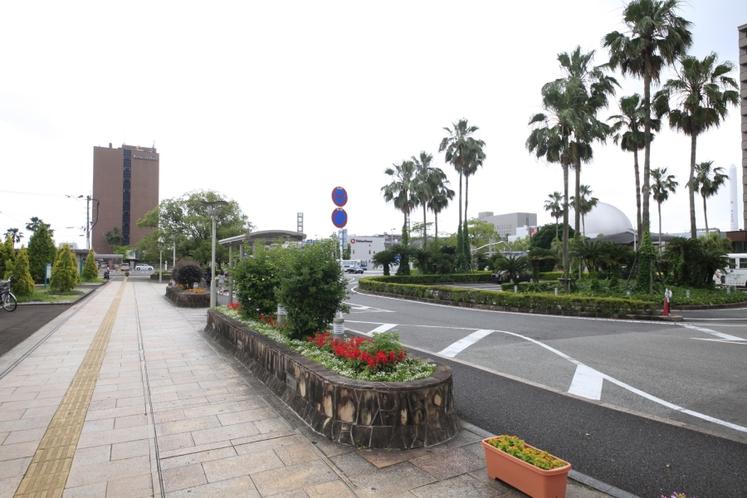 ホテルまでの道のり~3.やしの木を通して見えるのがホテル!~