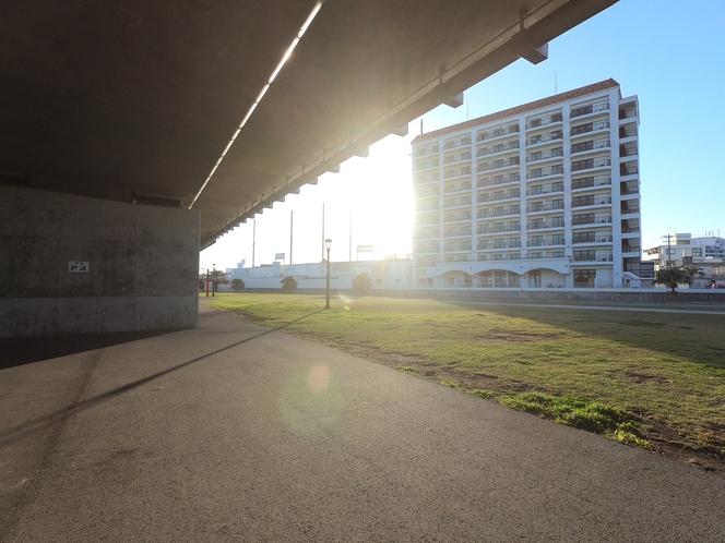 公園側から撮った朝日を受けたホテル
