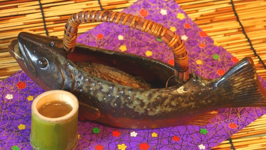 【岩魚の骨酒】焼いた天然の岩魚に熱い酒を注いでつくる芳醇な酒