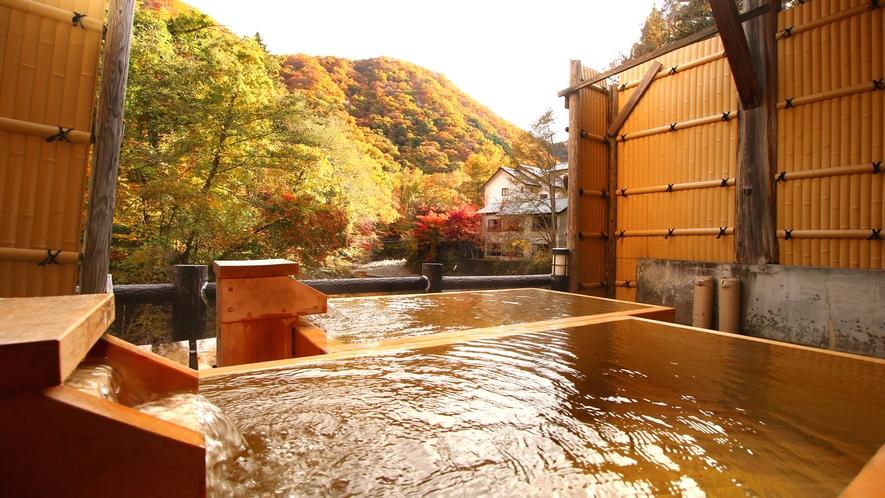 【貸切風呂・檜の湯】貸切露天からは色とりどりに染まった山々の景色が眺められます