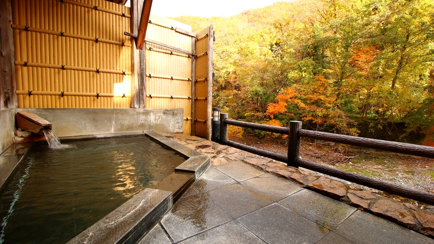【貸切風呂・御影石の湯】紅葉に染まった渓谷を眺めながらごゆっくりどうぞ♪