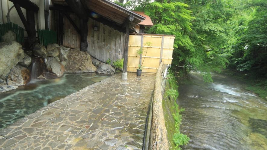 【男湯】川のせせらぎを聞きながら温泉森林浴を楽しめます