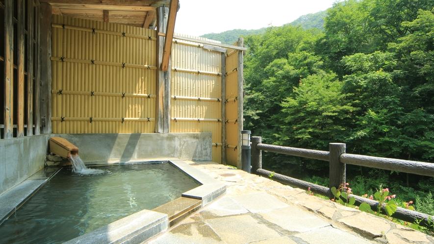 【貸切風呂・御影石の湯】湯舟でのんびりと季節の移ろいを感じてください