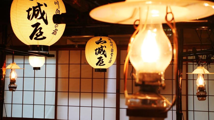 天井から下がる提灯とランプ明かりがほんのり揺らめきます