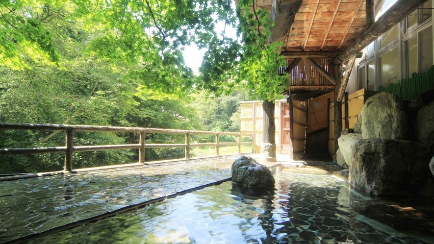 湯西川渓谷のパノラマが広がる露天風呂