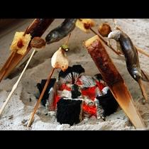 ここでしか味わえない・・・囲炉裏を使った名物料理「古の平家鷹狩焼」
