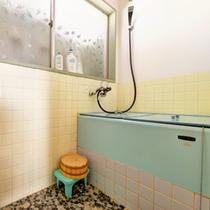 *和室6畳(客室一例)/客室に設置されているお風呂。お好きな時にご入浴いただけます。