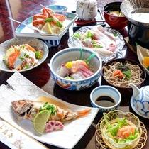 *お夕食一例/日本海で獲れた新鮮な海の幸を中心に、色とりどりの食材が夕食の時を彩ります。
