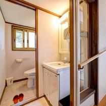 *和室二間(客室一例)/手すりや引き戸タイプのお手洗い。バリアフリー対応の洗面処でございます。