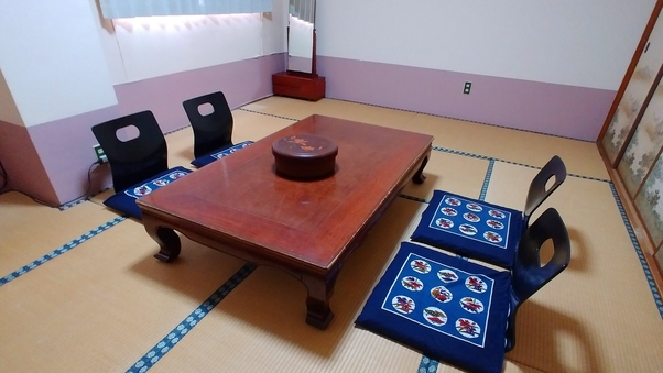 【2〜4名】レトロな雰囲気が漂う和室10畳/トイレ付き