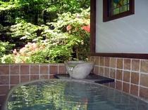 陶器風呂から見える春