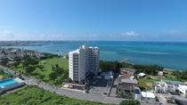 <ホテル外観>ホテル前には青く美しい海が広がります