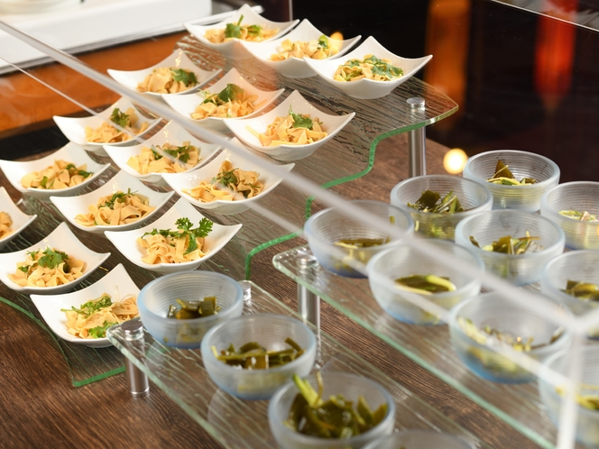 飛散防止対策のアクリルケースで覆われた中華冷菜コーナー(一例)