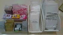 使い捨てスリッパ、綿棒、ボディタオルコンディショナー、シャワーキャップ、入浴剤バブ(冬季のみ)シェー
